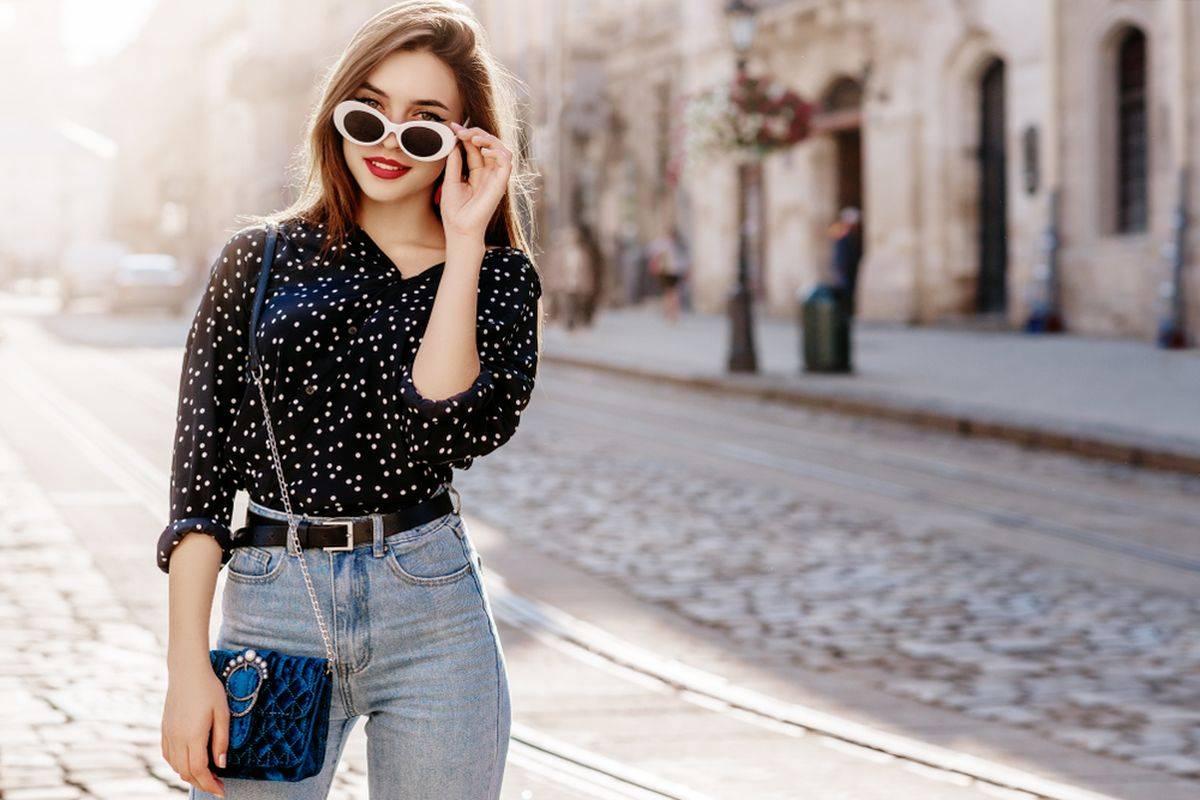 Donna in jeans e camicia