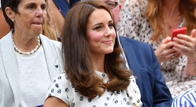 Il cappotto rosso doppiopetto di Kate Middleton è da 10 e lode