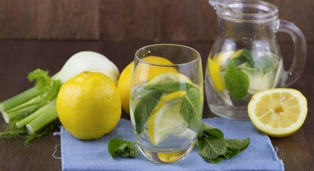 5 motivi per cui dovresti bere acqua e limone ogni giorno