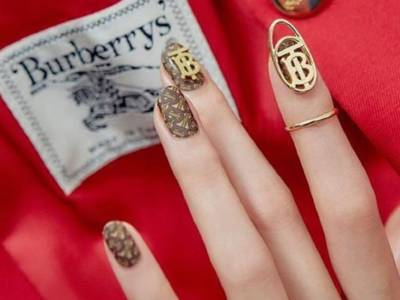 È arrivata la logo nail art, la manicure del nostro brand preferito!