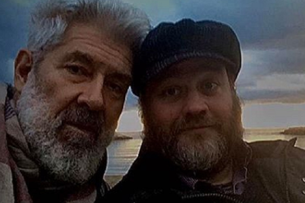 Vivi per miracolo: sassi contro l'auto di due attori italiani