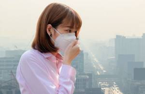 Ragazza con mascherina virus