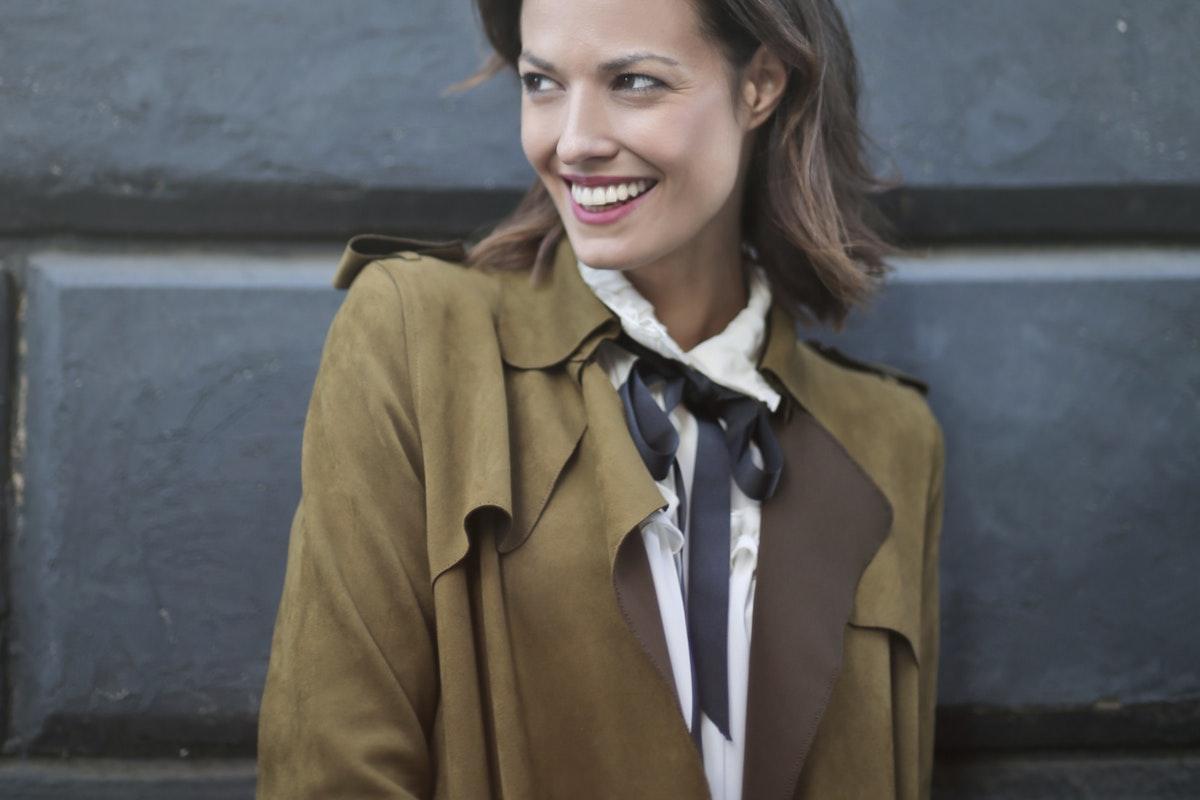 ragazza con giacca marrone primavera