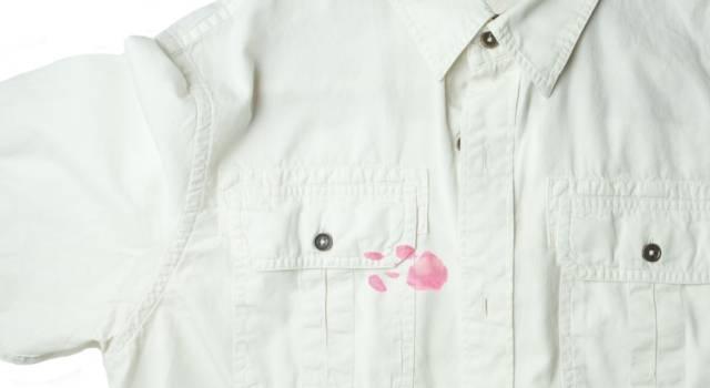 Come togliere macchia di rossetto da camicia