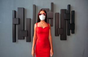 Donna con mascherina e vestito rosso