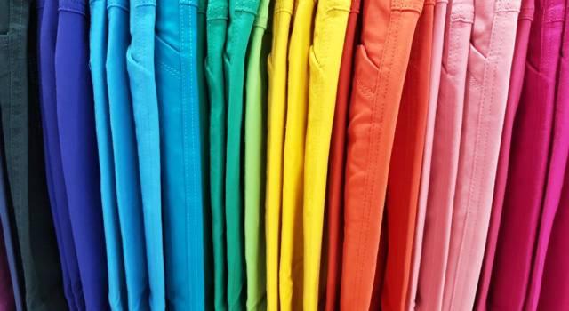I jeans colorati rivoluzionano i nostri armadi