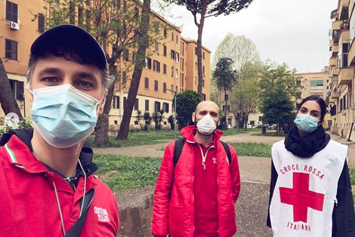Raul Bova e Rocio Munoz Morale volontari della Croce Rossa Italiana