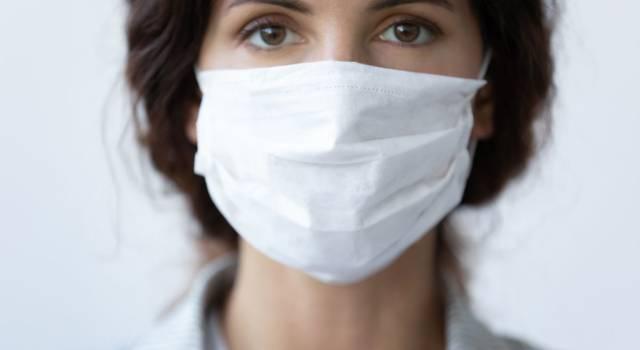Pelle sotto la mascherina: consigli utili per curarla ed evitare irritazioni (e anche l'acne)!