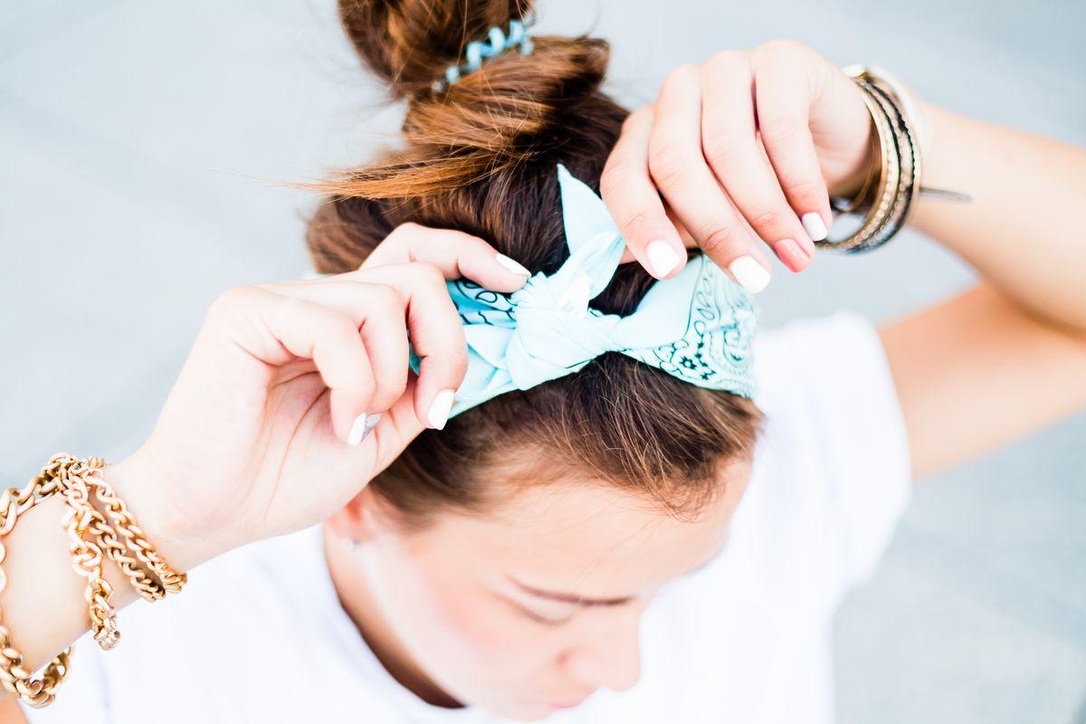 Il foulard da indossare come fascia per capelli