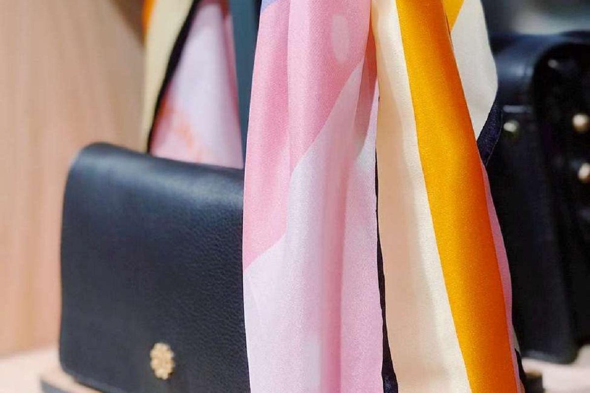 Borsa nera con foulard colorato
