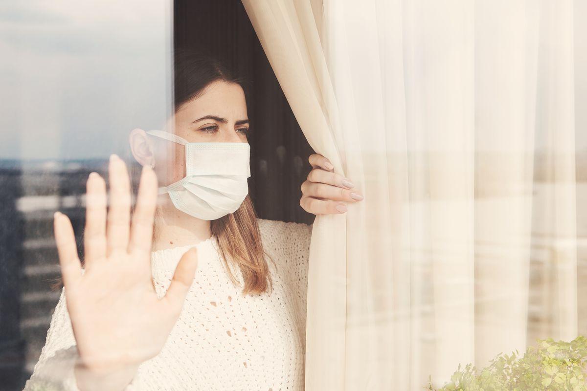 Donna con mascherina, sindrome della capanna