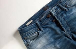 Jeans con bottoni