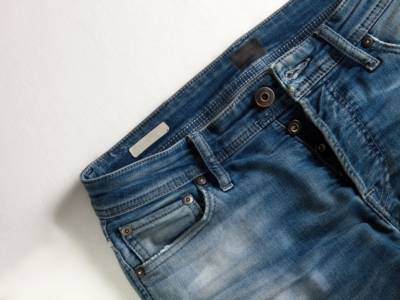 Jeans troppo stretti? Ecco qualche trucco per allargarli