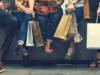 Ragazzi fanno shopping