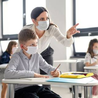 """L'immunologa Viola: """"Sanificare quaderni e penne? Non serve, bisogna lavare le mani"""""""