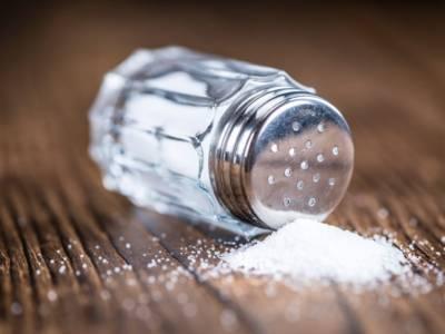 Come ridurre il sale nella dieta? I consigli da seguire a tavola