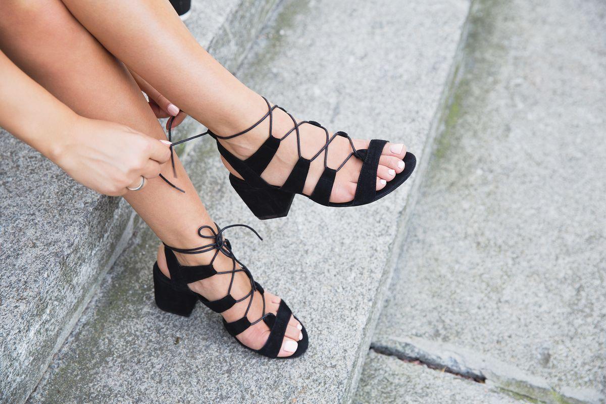 Sandali neri lacci con tacco largo