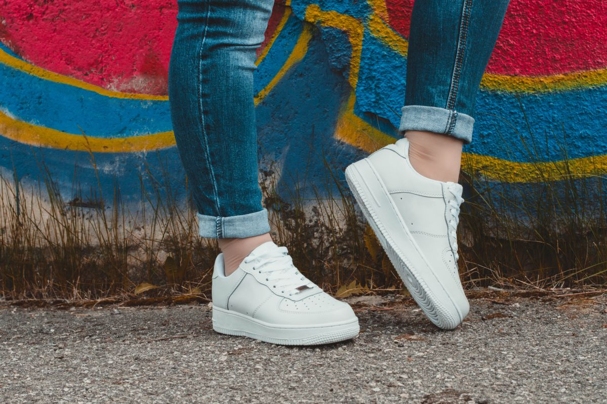 Jeans e sneakers bianche