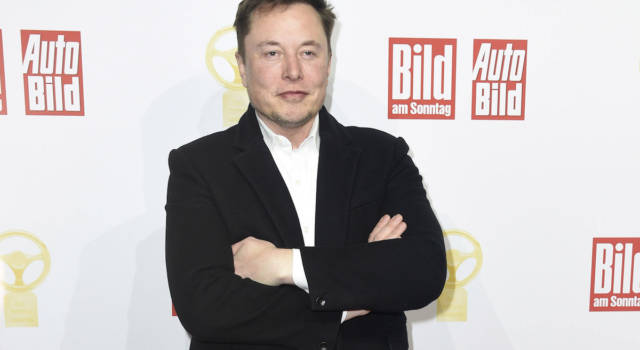 """Quello che non sai su Grimes, fidanzata di Elon Musk: dai tatuaggi """"alieni"""" al curioso nome del figlio"""