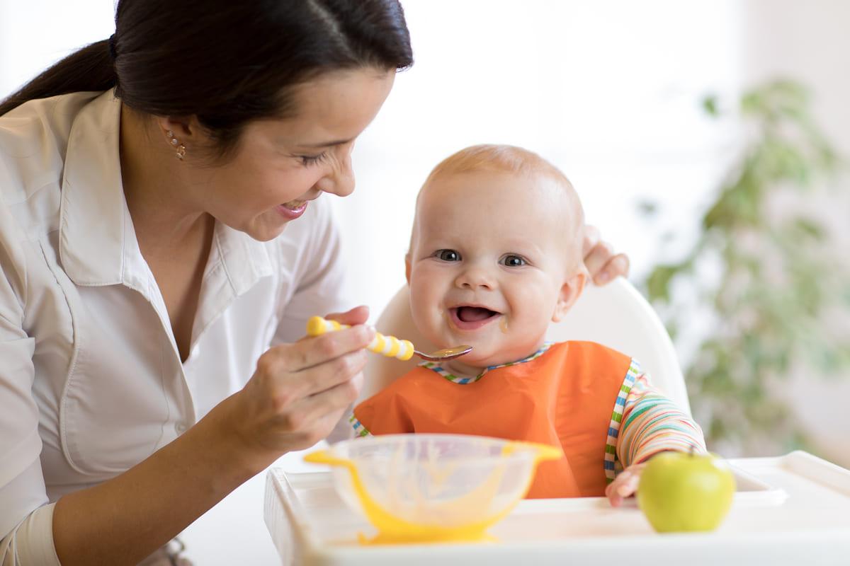 Bambino mangia pappa