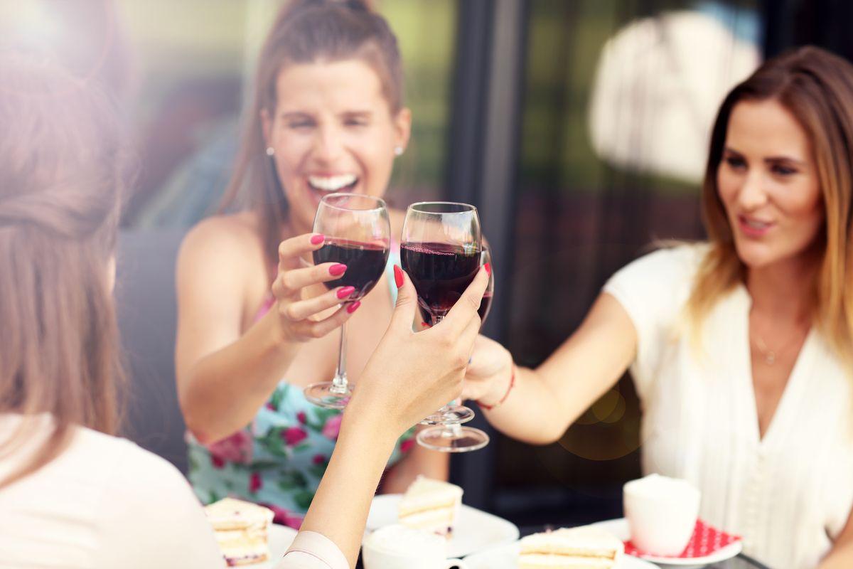 Donne che bevono vino