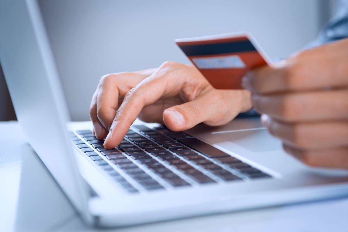 Una carta per il pagamento e un PC