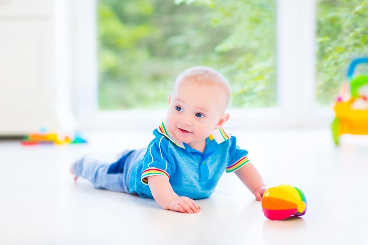 Bambino che gioca a terra