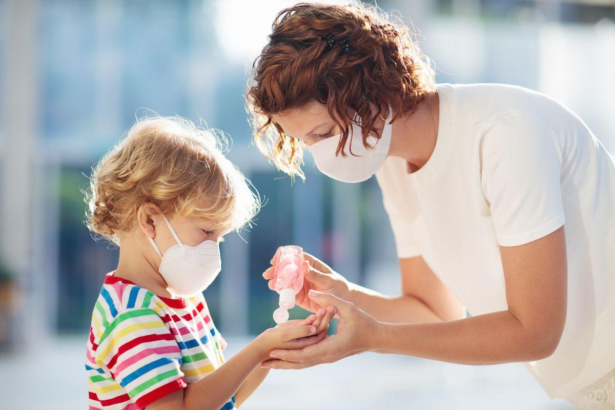 Donna e bambino con mascherina