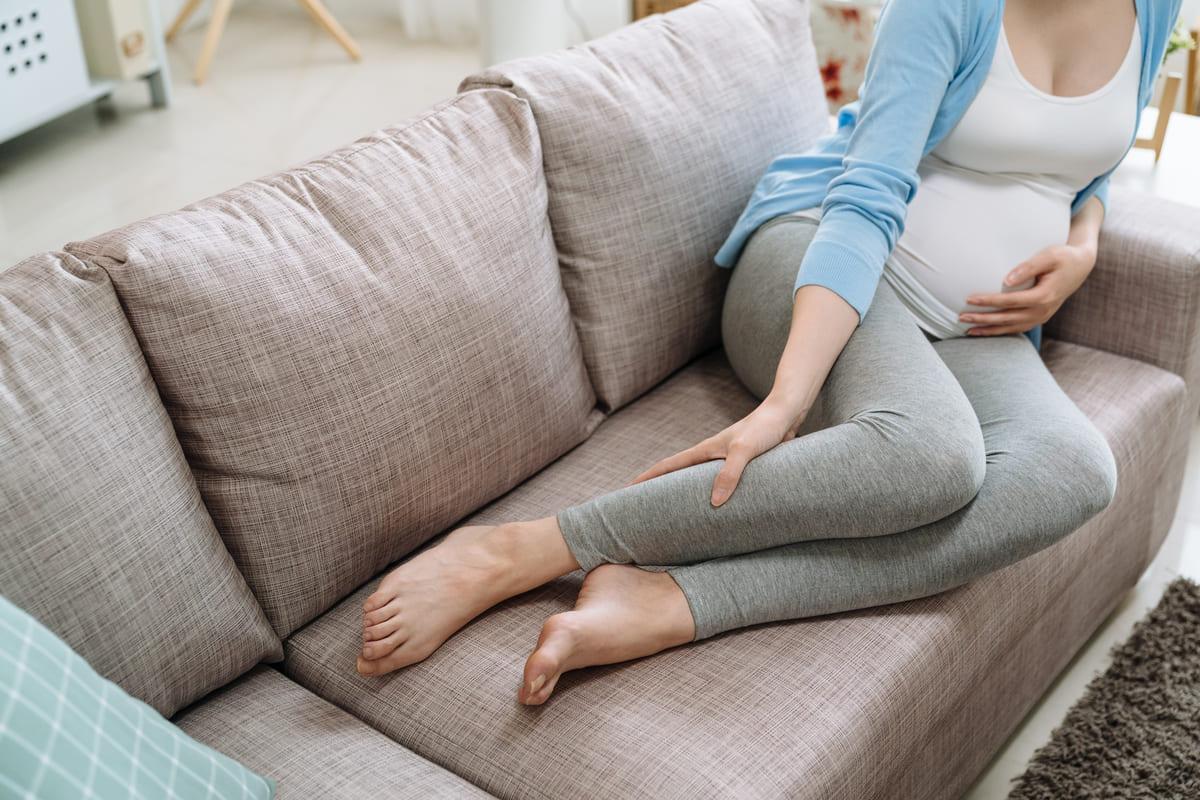 Donna in gravidanza sul divano