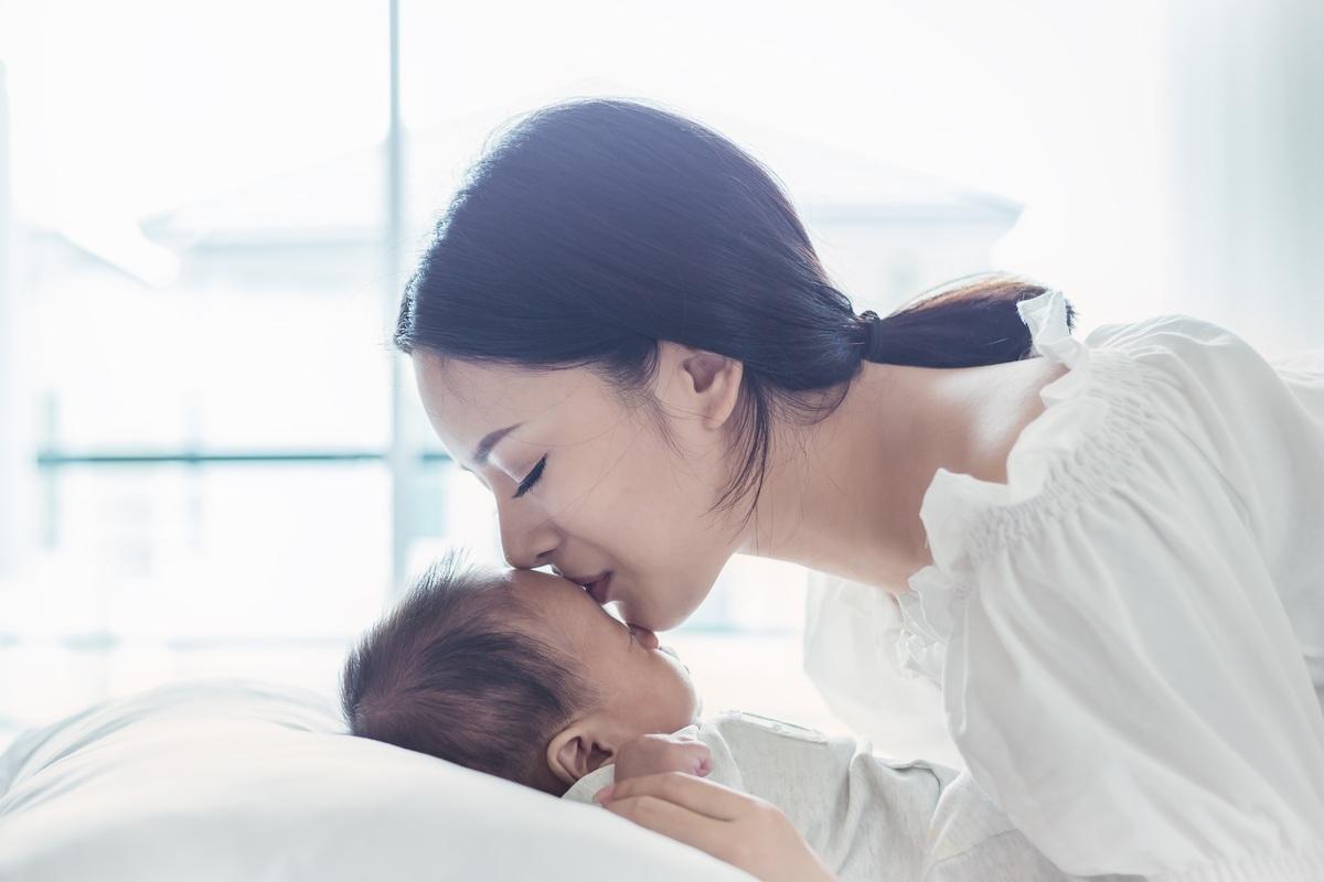 Mamma bacia bimbo che dorme