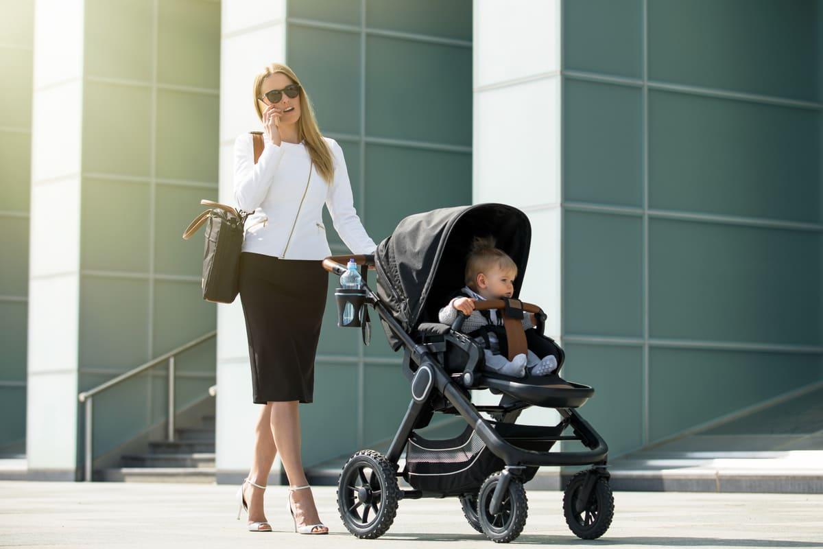 Mamma e bambino con passeggino
