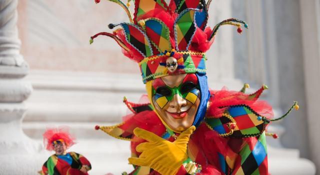 La storia di Arlecchino, una delle maschere più amate in Italia