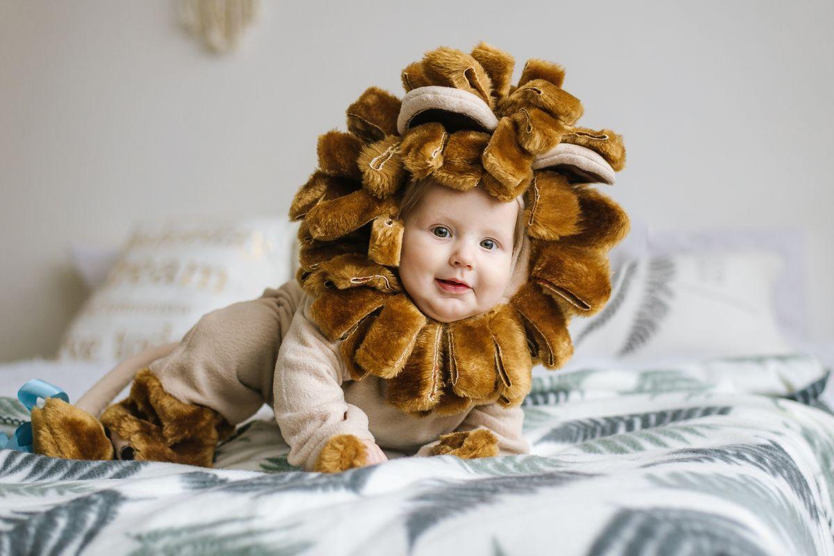 Neonato vestito da leone