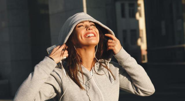 La felpa hoodie, outfit streetwear perfetto anche per la casa