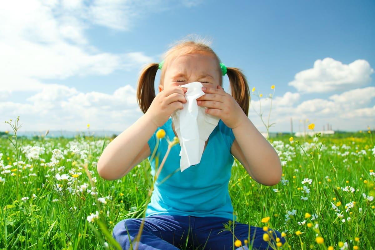 Bambina che si soffia il naso