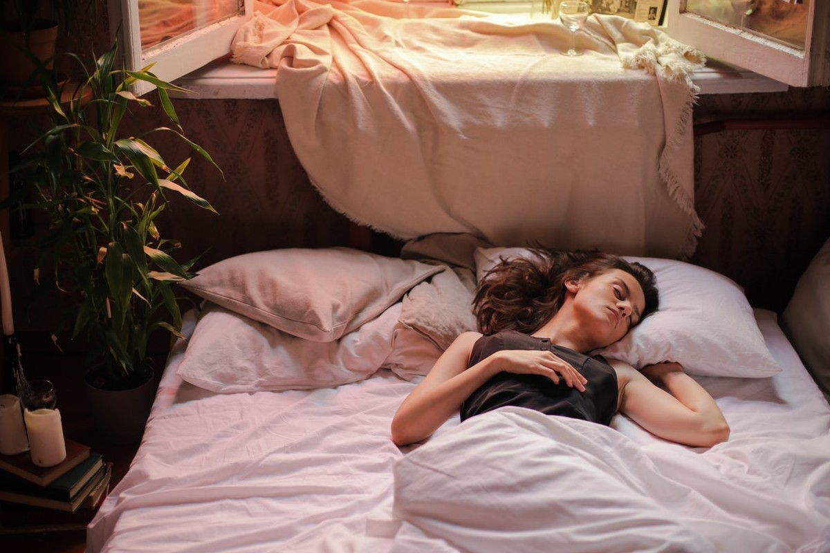 Ragazza che dorme a pancia in su