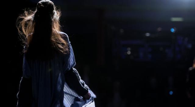 L'autunno/inverno 2021-2022 Schiaparelli: look scintillanti e artistici