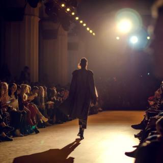 Come un vampiro, la donna di Louis Vuitton mescola i dress code e viaggia nel tempo