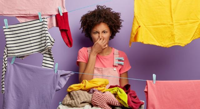 Come togliere l'odore di sudore dai vestiti: i trucchi che funzionano