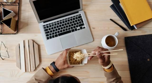 Mangiare alla scrivania: una tentazione a cui dovremmo rinunciare