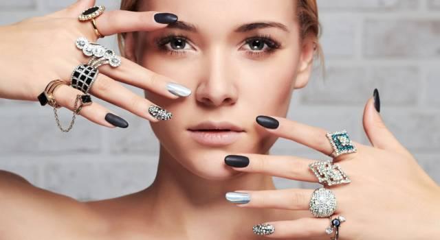 Un anello in ottone che diventa una mini palette make-up: l'invenzione della nail artist Bettina Goldstein