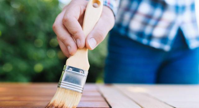 Verniciare il legno: scopri come farlo in modo pratico e veloce