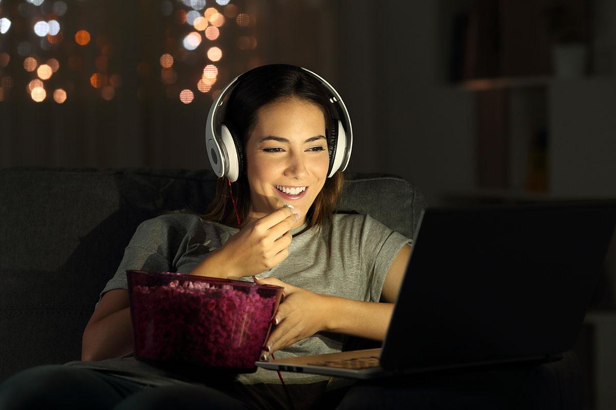 Donna al computer guarda serie TV in streaming