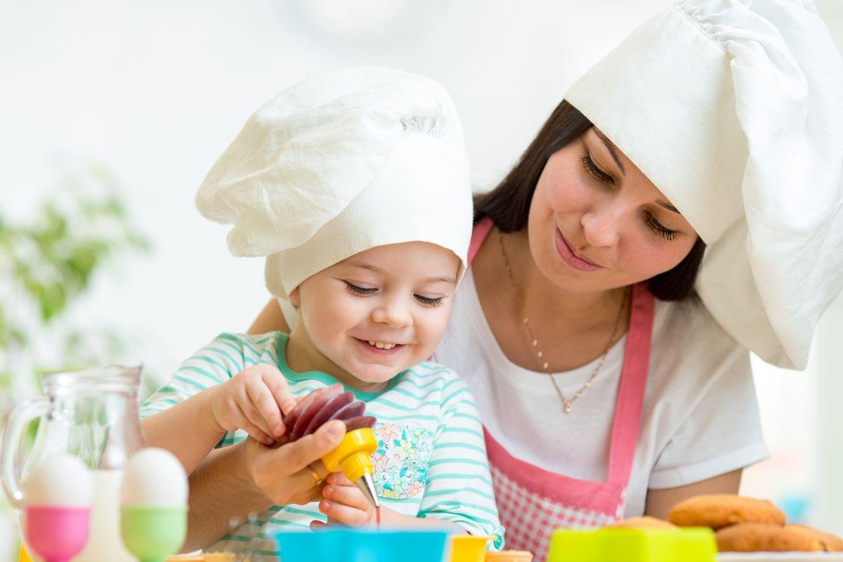Mamma e bimbo cucinano