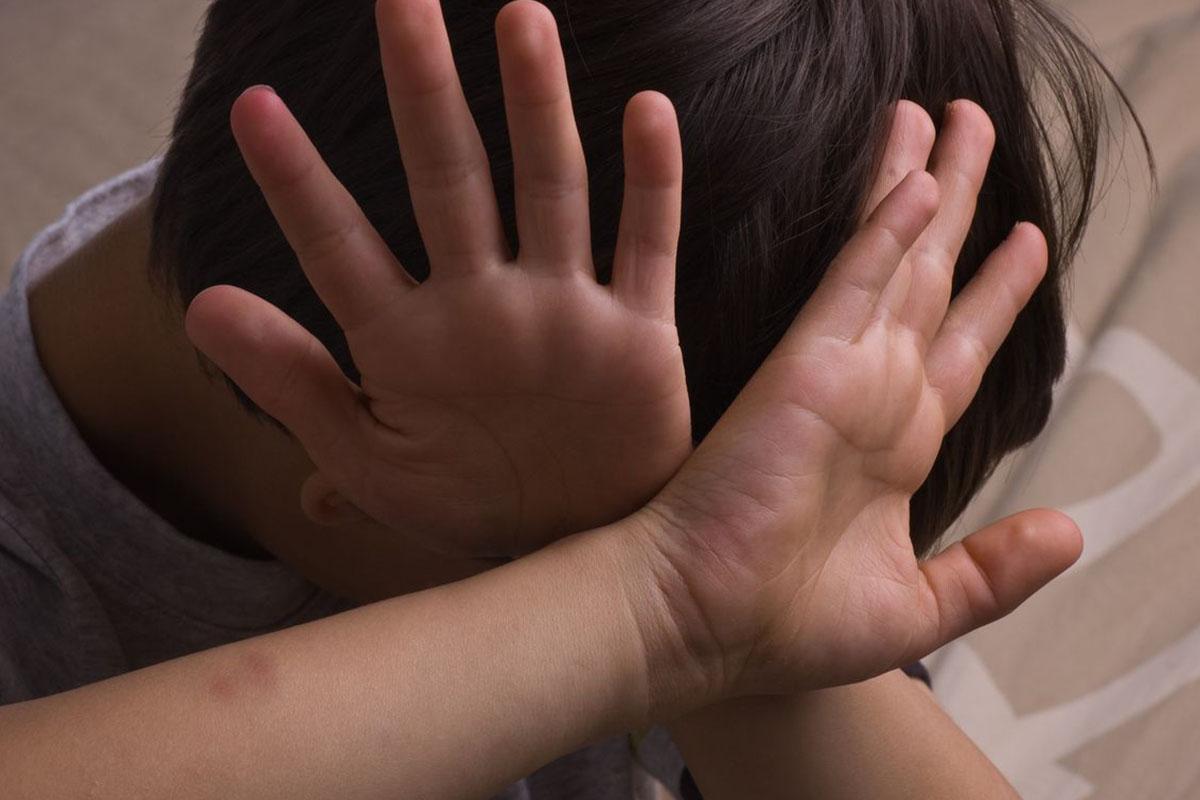 bambino mani alzate
