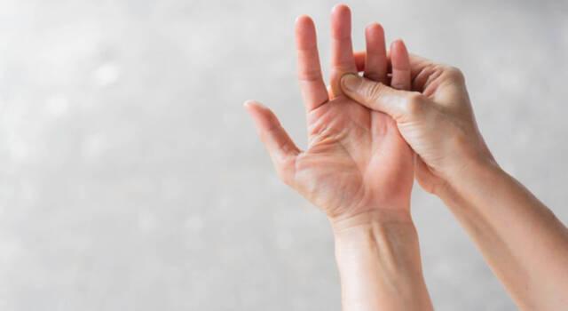 Formicolio alle dita: da cosa dipende, perché si presenta e cosa fare