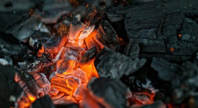 Accendere la carbonella: tutto quel che c'è da sapere per farlo in modo naturale