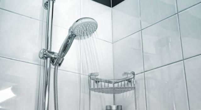 Come pulire la cabina doccia dal calcare in modo semplice e naturale