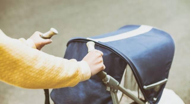 L'errore da non fare d'estate: coprire il passeggino del neonato con un lenzuolino