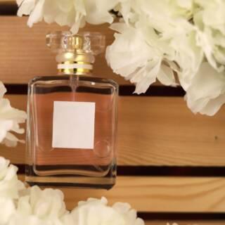 Due gocce di Chanel N°5: i 100 anni di storia di un profumo rivoluzionario e intramontabile